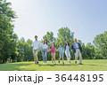 新緑の公園で遊ぶ3世代家族 36448195