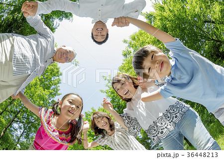 新緑の公園で遊ぶ3世代家族 36448213