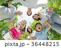 新緑の公園で遊ぶ3世代家族 36448215
