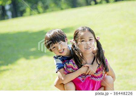 新緑の公園で遊ぶ姉と弟 36448226
