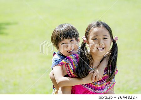 新緑の公園で遊ぶ姉と弟 36448227