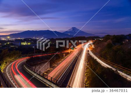 伊豆縦貫道三島塚原インターチェンジから夕暮れの富士山 36467031
