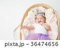 おもちゃの王冠をかぶる赤ちゃん(笑顔) 36474656