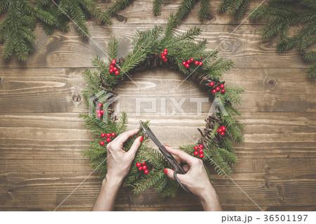 Making Christmas wreath using fresh materials. 36501197