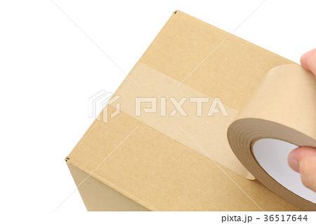 段ボール箱の荷造り 上面1本貼り 36517644