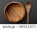 木のスプーンと木の器 36521071