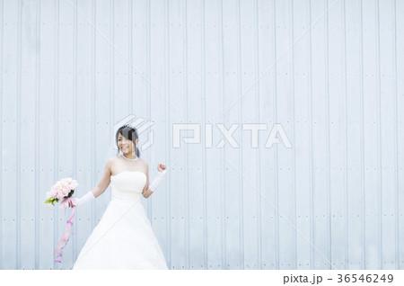 ブーケを持ち微笑む花嫁 36546249