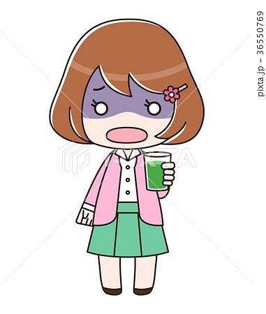 青汁入りのコップを持って青ざめている女性 36550769
