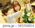 クリスマスツリーの準備をする親子 36550854