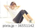 腹筋を鍛える女性 36551142