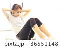 腹筋を鍛える女性 36551148