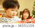 クリスマスプレゼントを開ける親子 36551159