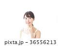 肌のケアをする若い女性 36556213