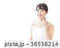 肌のケアをする若い女性 36556214