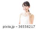 肌のケアをする若い女性 36556217