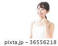 肌のケアをする若い女性 36556218