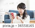 女性 スマートフォン 操作の写真 36558165