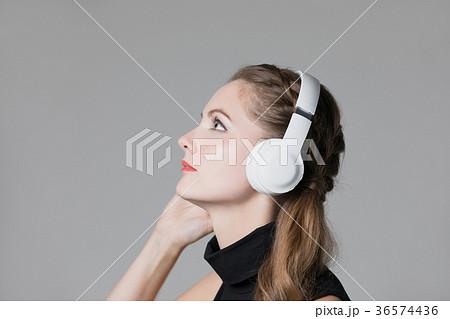 ワイヤレスヘッドホンで音楽を聴く女性 36574436
