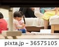 リビングで遊ぶ子供 36575105