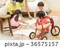 リビングで遊ぶ子供 36575157