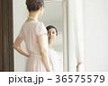 鏡をみる女性 36575579