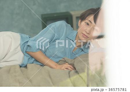 ベッドに横たわる女性 36575781