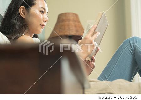 読書をする女性 36575905