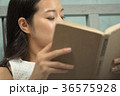 読書をする女性 36575928