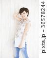 タブレット 若い女性 ショートヘアの写真 36578244