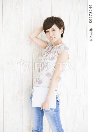 女性 若い女性 タブレット ライフスタイル かわいい 36578244