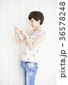 タブレット 若い女性 ライフスタイルの写真 36578248