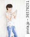 スマホ 若い女性 ライフスタイルの写真 36578251