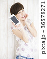 若い女性 ライフスタイル スマートフォンの写真 36578271