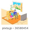リビングでテレビを見る家族 36580454