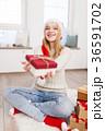 クリスマス 女性 プレゼントの写真 36591702