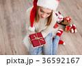 クリスマス 女性 プレゼントの写真 36592167