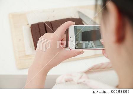 お菓子作りをする女性 36593892