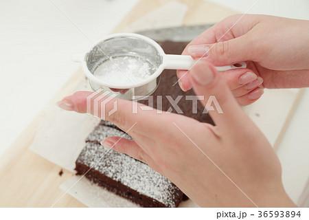 お菓子作りをする女性 36593894