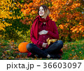 pregnant woman sitting at ground i 36603097