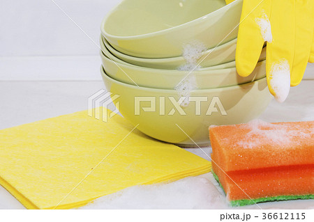 Several colorful plates, kitchen sponges.の写真素材 [36612115] - PIXTA