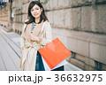 セールでショッピングをする女性 36632975