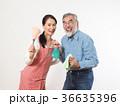 掃除道具を持つシニア夫婦 36635396