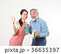 掃除道具を持つシニア夫婦 36635397