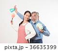 掃除道具を持つシニア夫婦 36635399