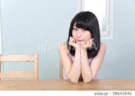 リラックスする女性 36642640