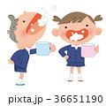 うがいをする、小学生の男の子と女の子。 36651190