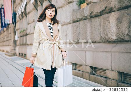 海外でショッピングをする女性 36652556