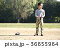 ラジコンで遊ぶ子供 36655964