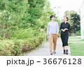 新緑 歩く カップルの写真 36676128