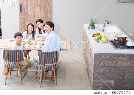 食事をする4人家族 父親 お父さん お母さん 母親 姉弟 生活感 36679576